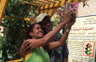 الممثل الأمريكي داني جلوفر يزور جزيرة النباتات في أسوان | صور