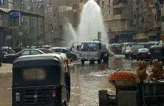 كسر ماسورة مياه يتسبب فى شلل مروري بفيصل | صور