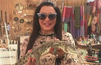 سولاف فواخرجي تستمتع بالنيل الساحر في أسوان وتحمل تمساحا | صور