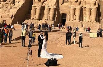 عروسان من الصين يحتفلان بزفافهما من أمام معبد أبو سمبل