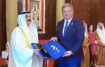 ملك البحرين يكرم وزير الشباب والرياضة | صور