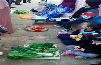 أطفال بالحضانة يبيعون السمك والخضروات بقرار من إدارة المدرسة| صور