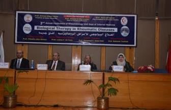 رئيس جامعة أسيوط يدعو للاستعانة بالأجانب في تدريب الأطباء خلال مؤتمر الأمراض الروماتيزمية | صور
