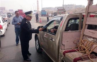 """""""المرور"""" يواصل حملاته ويوزع كتيبات توعية على سائقي السيارات"""