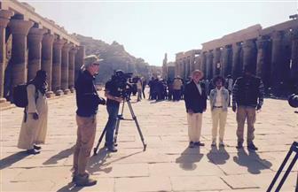 """الممثل البريطاني """"تيم ويست"""" وزوجته ينهيان تصوير فيلم عن النيل بأسوان"""