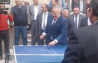رئيس جامعة القاهرة يلعب تنس الطاولة وسط تصفيق الطلاب | صور