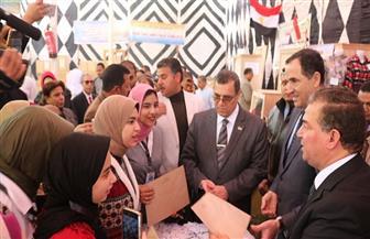 نائب وزير التعليم الفني ومحافظ الفيوم يفتتحان معرضا لمنتجات المدارس الفنية | صور