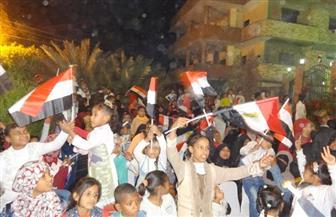 أطفال يرفعون علم مصر خلال مؤتمر تأييد السيسي بقرية الكاجوج بأسوان| صور