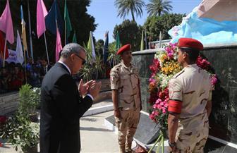 """محافظ قنا يضع إكليلا من الزهور على النصب التذكاري لشهداء """"البارود""""   صور"""