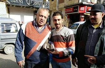 مواطن يلقى آلاف الجنيهات في صندوق القمامة بالإسكندرية.. وعامل نظافة يعيدها| صور