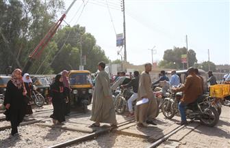 دراجة بخارية تقتحم مزلقان فرشوط أثناء مرور قطار على خط (القاهرة - أسوان)