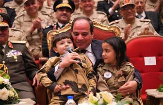 المتحدث الرئاسي ينشر فيديو للحظات إنسانية تجمع الرئيس السيسي باثنين من أبناء الشهداء