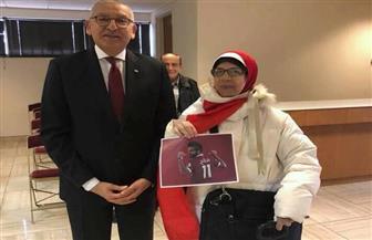 سفير مصر بواشنطن يدلى بصوته فى الانتخابات الرئاسية ويلتقط صورا تذكارية مع الناخبين