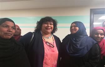 وزيرة الثقافة تزور مستشفى الأورام بالأقصر والمرضى يلتقطون السيلفي معها | صور