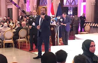 """علي الحجار يبدأ فقرته الغنائية بحفل أمهات شهداء الشرطة بـ""""هنا القاهرة"""""""