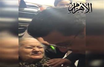 تعرف على رسالة وأمنيات عجوز لدى تصويتها في الانتخابات الرئاسية بسفارتنا بالكويت | فيديو