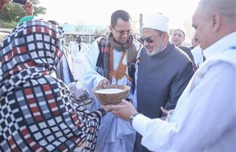 في أول زيارة له لبلدهم.. موريتانيون يستقبلون الإمام الأكبر بالتمر والحليب |  صور