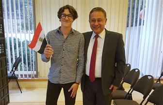 """سفير مصر بأستراليا يحتفى بـ""""عمر"""" أصغر ناخب ويقول له: """"أنت نموذج لمستقبل مصر"""""""