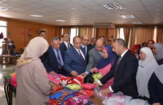 رئيس جامعة أسيوط يفتتح المعرض الخيري الثاني للملابس الجاهزة للمدينة الجامعية | صور
