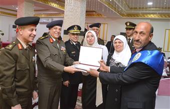 القوات المسلحة تحتفل بتكريم الأم المثالية والأب المثالي وتكرم عددا من أسر الشهداء