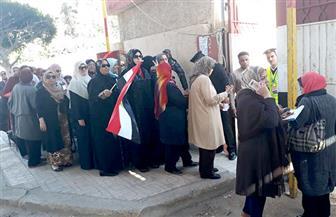 سيدات بورسعيد تصطف في طوابير أمام لجان انتخاب الرئاسة حاملين الأعلام   صور
