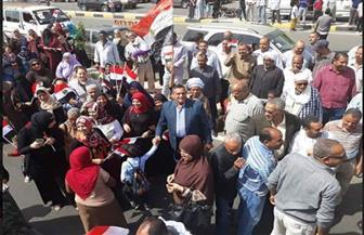 أهالي سفاجا يتوافدون على اللجان الانتخابية رافعين أعلام مصر | صور