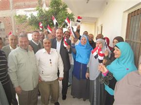 رئيس مدينة بسيون يوزع أعلام مصر على الموظفين ويحثهم على المشاركة في الانتخابات الرئاسية | صور