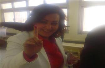 مني محرز تدلي بصوتها بـ6 أكتوبر.. وتؤكد أهمية مشاركة المرأة في الانتخابات