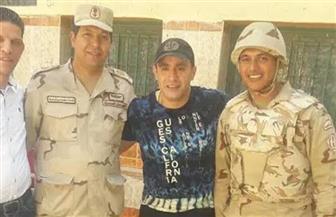 أحمد السقا يلتقط الصور التذكارية مع الجنود أمام اللجنة الانتخابية.. ولقاء سويدان ترفع علم مصر | صور