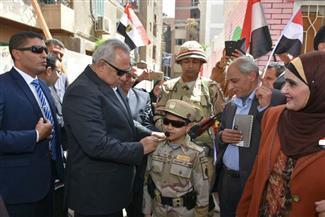 محافظ الشرقية يصطحب طفلا يرتدي زيا عسكريا خلال جولة تفقدية بلجان الانتخاب