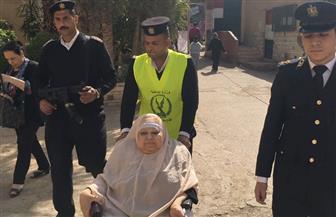 سيارة شرطة تنقل مسنة للإدلاء بصوتها في الانتخابات الرئاسية| صور
