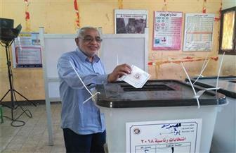 كبار السن في مقدمة الناخبين بالهرم.. وقوات الأمن تعاونهم لمعرفة لجانهم الانتخابية | صور