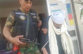 رجال القوات المسلحة يحملون كبار السن لمساعدتهم بالتصويت في الانتخابات الرئاسية وسط حضور كثيف بالبحيرة| صور