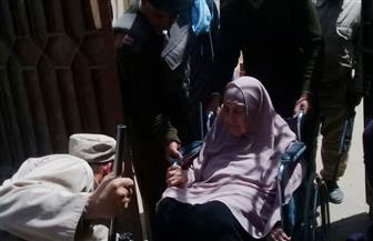 مدير أمن الفيوم يوجه أفراد شرطة لاصطحاب سيدة مريضة من منزلها للتصويت | صور