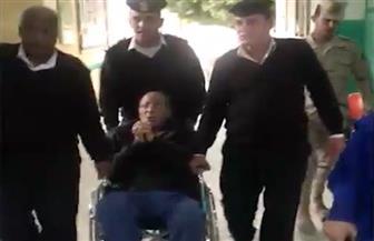 الشرطة تنقل مريضا على كرسي متحرك للإدلاء بصوته في الانتخابات الرئاسية| فيديو