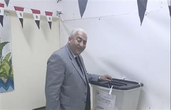 رئيس جامعة السادات بالمنوفية يدلي بصوته بمدرسة طابا الإعدادية في مدينة نصر | صور