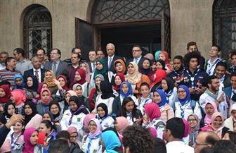 قيادات جامعة الإسكندرية يستقبلون الطلاب بعد تصويتهم في الانتخابات | صور