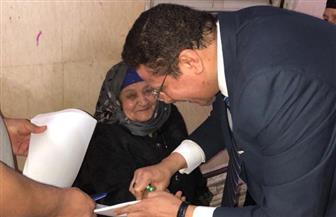 """رئيس لجنة بالجيزة يساعد """"مسنة"""" للإدلاء بصوتها في انتخابات الرئاسة"""