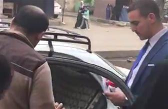 قاضي لجنة يترك مكانه ويذهب إلى رجل قعيد داخل سيارته ليدلي بصوته في الانتخابات الرئاسية| فيديو