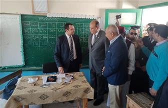 محافظ مطروح يتفقد عددا من اللجان الانتخابية ويشيد بالإقبال على التصويت | صور