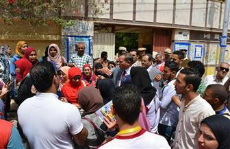 رئيس جامعة سوهاج يرافق الطلاب أثناء الإدلاء بأصواتهم الانتخابية   صور