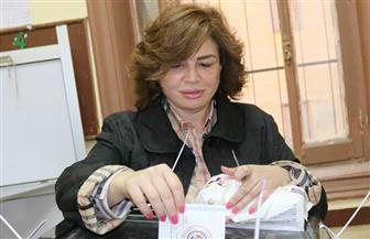 إلهام شاهين تنشر صورتها أثناء الإدلاء بصوتها في الانتخابات