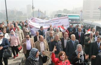 معلمو المنوفية على كوبري قصر النيل في مسيرة لتأييد السيسي