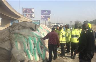 شلل مروري أسفل كوبري الشهيد بعد انقلاب سيارة نقل محملة بالأرز