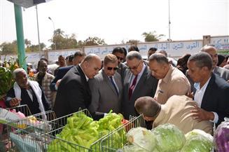 محافظ الإسماعيلية يفتتح منفذا لبيع منتجات شركة الصالحية الغذائية بحى ثان