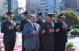 محافظ الإسكندرية يضع إكليل زهور على النصب التذكاري احتفالا بيوم الشهيد | صور