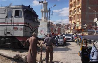 إصابة سائق جرار زراعي اقتحم شريط السكة الحديد بالمنصورة