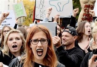 النساء يضربن عن العمل في إسبانيا مع الاحتفال باليوم العالمي للمرأة