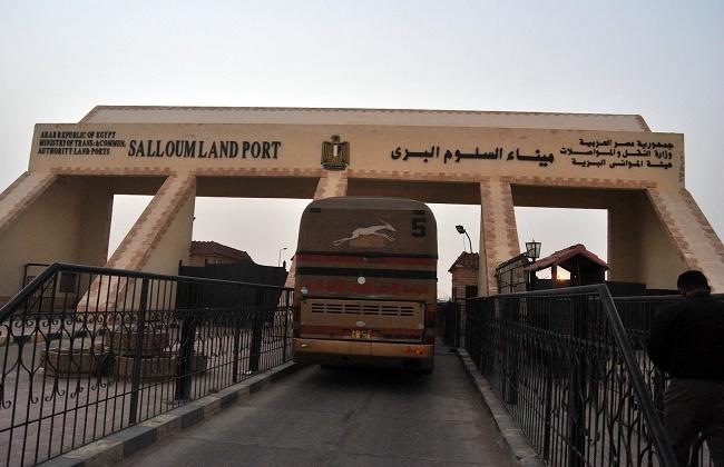 القبض على 153 عاملا مصريا بعد عودتهم من ليبيا بمنفذ السلوم البري -