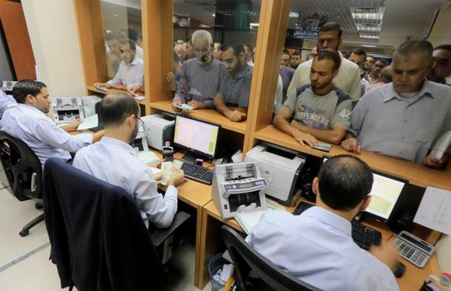 موظفو السلطة الفلسطينية في غزة يتظاهرون للمطالبة بصرف رواتبهم -